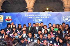 Ravi Karkara (ONU), Miguel Ángel Mancera (El alcalde de la Cuidad de México), María Fernanda Olvera, (directora de INJUVE DF) con los jóvenes embajadores en el lanzamiento de MI Mundo en México