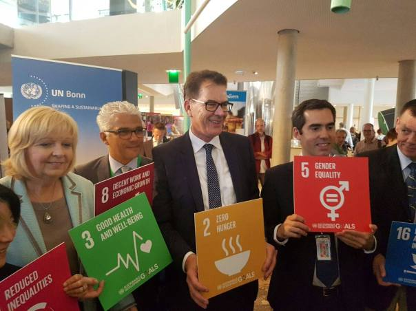 "Minister President of North Rhine-Westphalia Hannelore Kraft, Bonn Mayor Ashok-Alexander Sridharan, BMZ Minister Gerd Müller  & SDG Action Campaign's Xavier Longan support the SDGs at the ""ZukunftsTour"" at World Conference Center Bonn"
