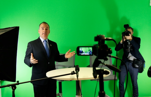 Mitchell Toomey, Global Director of the UN SDG Action Campaign, showcases the SDG Broadcast Studio at the Global Campaign Center of the UN SDG Action Campaign in Bonn, 15 December 2016. photothek / Ina Fassbender