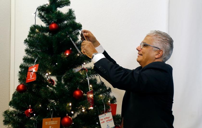Mr. Ashok-Alexander Sridharan, Lord Mayor of Bonn, hangs his SDG holiday wish on the tree. photothek / Ina Fassbender